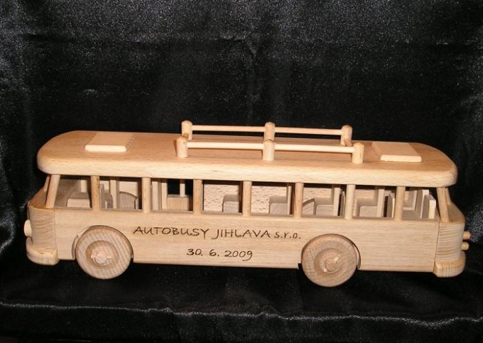 Autobus ze dřeva s vypáleným jménem