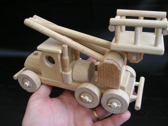Dřevěné autíčko na hraní.