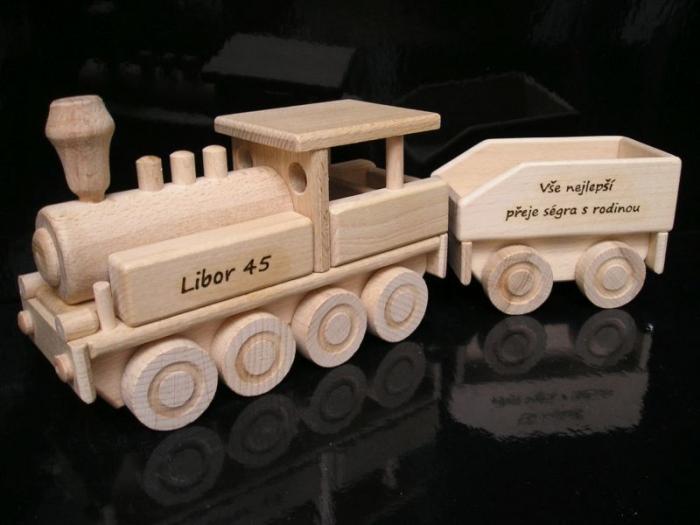 Dřevěný vlak lokomotiva s textem k narozeninám