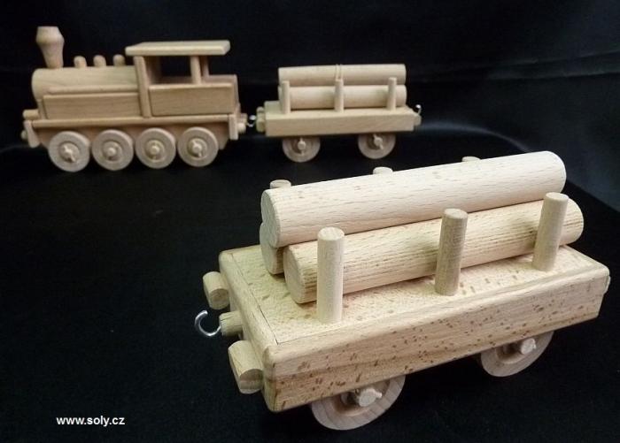 Vagón s dřevem k parní lokomotivě