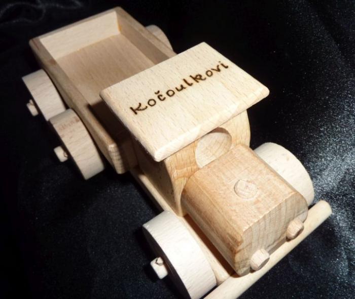 Dřevěné autíčko s gravurou
