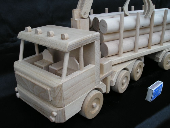 Lesní tahač dřeva - dřevěná hračka