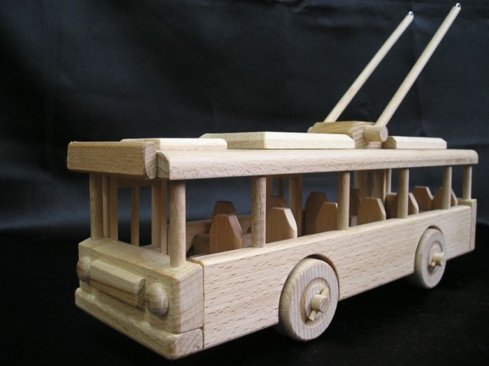 woden-toys-for-boys-trackless-trolleybus