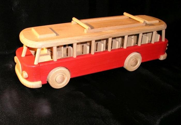 Autobus RTO dřevěný v červené barvě