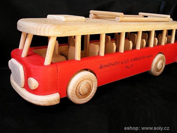 Gravírování textů na dřevěný autobus
