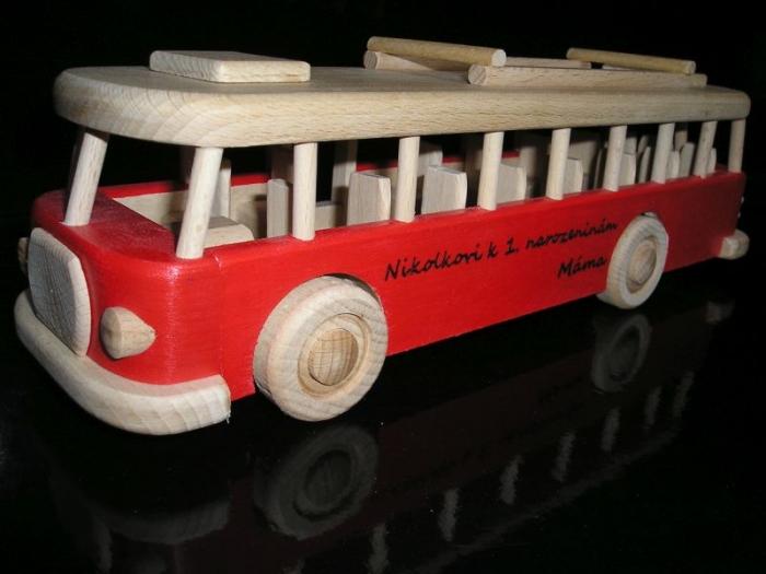 Červený autobus hračka k narozeninám