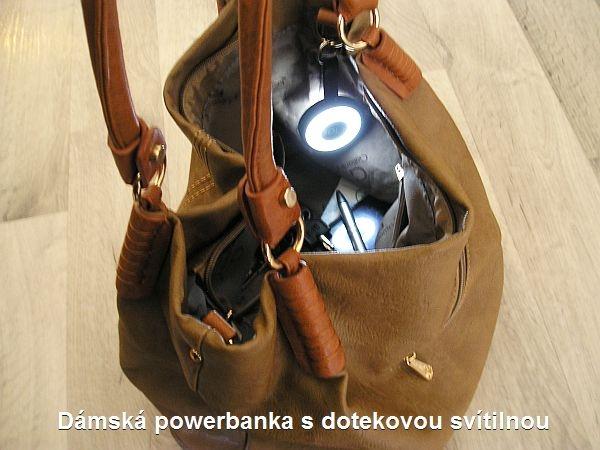 Powerbanka se svítilnou v dámské tašce