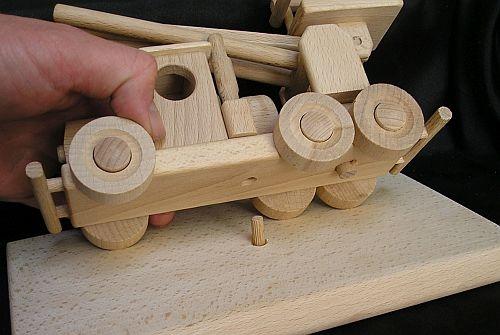 Ukázka uchycení modelu k podstavě na kolíku
