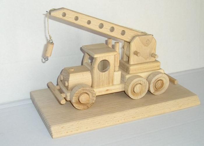 autojeřáb hračka dárek ze dřeva