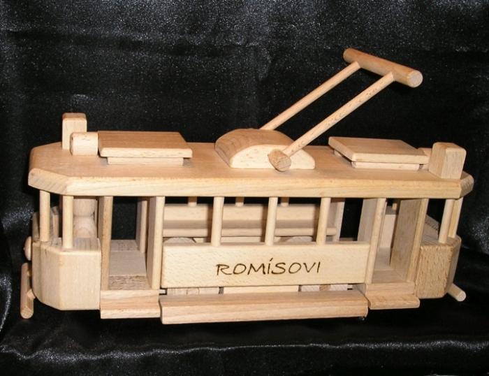 dřevěná tramvaj s věnováním