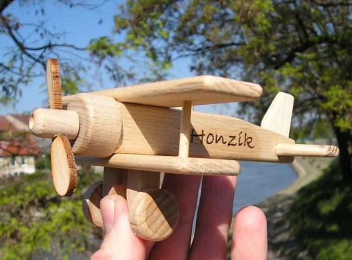 Malé 100 % dřevěné letadlo včetně textu