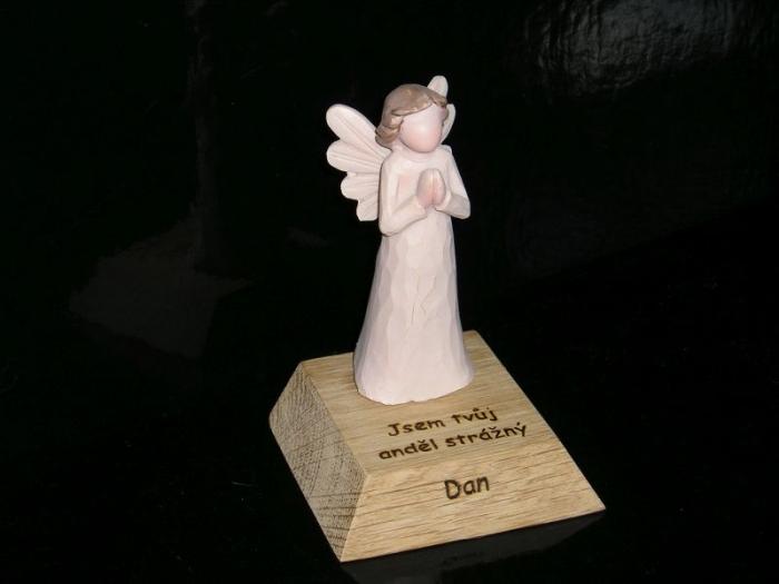 Anděl strážná soška s textem dárek
