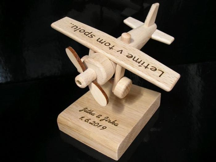 Dřevěné letadlo jako dárek