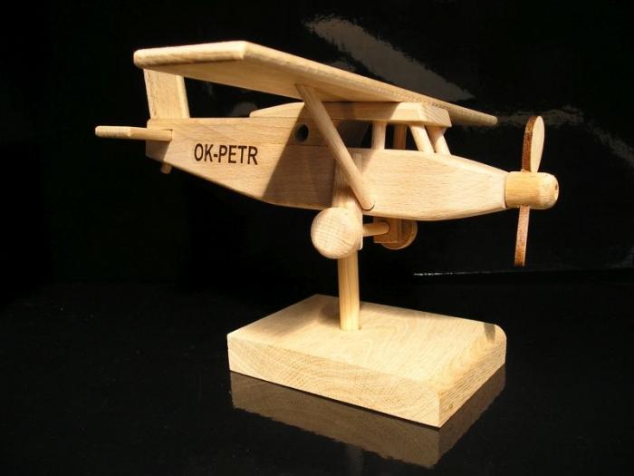 Pilatus letadlo na stojánku s textem