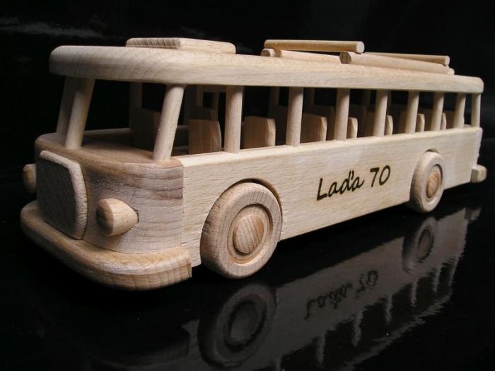 Dřevěný autobus narozeniny
