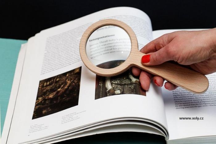 lupa na čtení dřevěná
