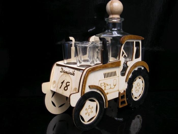 traktor s lahví a skleničkami k narozeninám