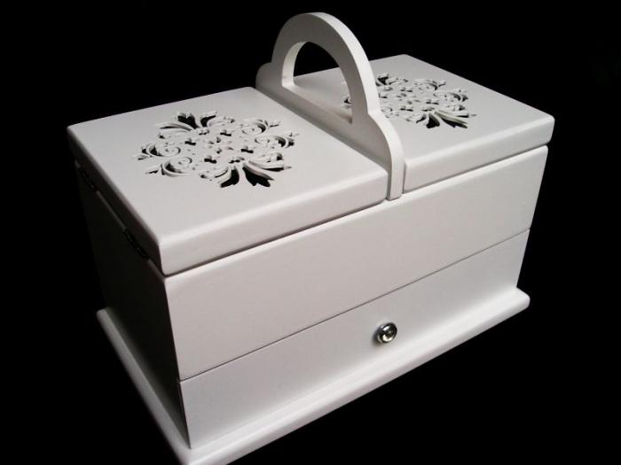 Bílá dřevěná kazeta, box, košík na šití