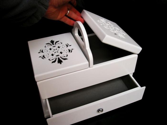 Bílá dřevěná kazeta, košík na šití