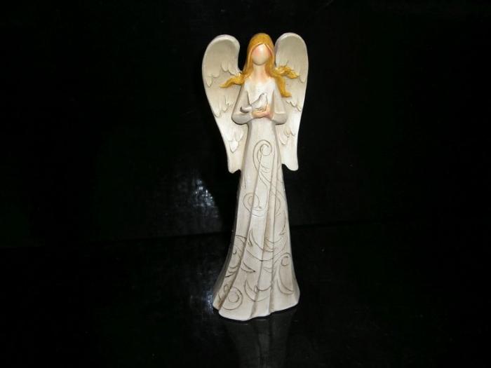 Bílý anděl strážný s holubem, sošky