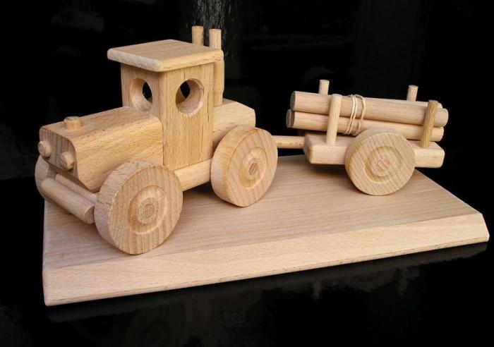 Lesní traktor na postavě.