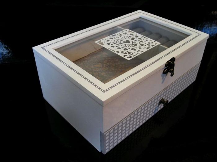 Bílá dřevěná šperkovnice patrová prosklená