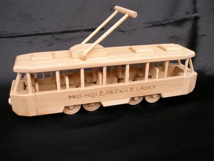 Tramvaj hračka ze dřeva s vypáleným jménem