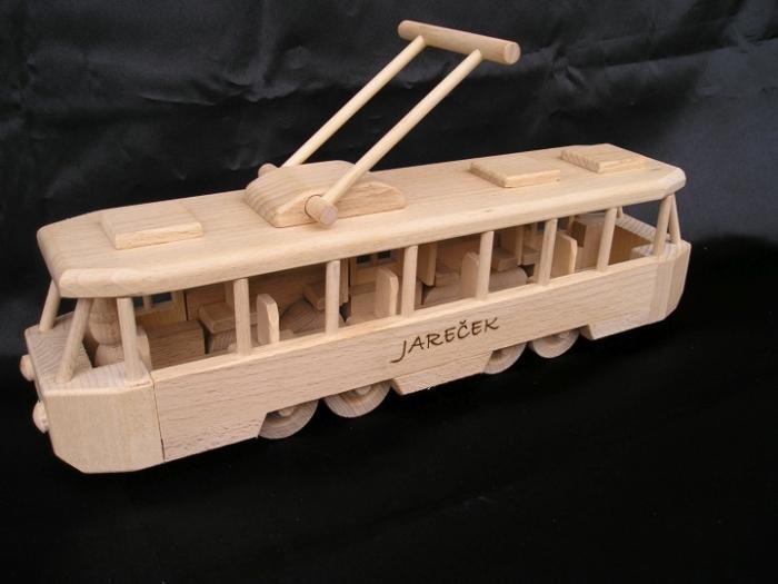 Tramvaj hračka ze dřeva s vypáleným jménem od táty