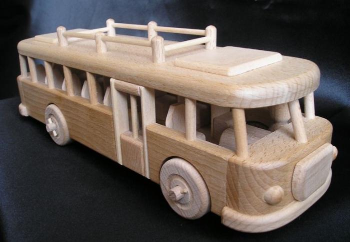 Dřevěný model autobusu