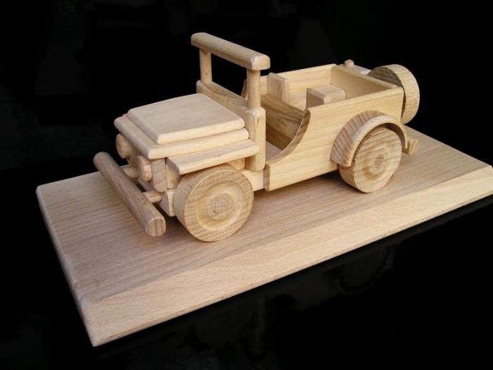 Auto dárek na postavci US jeep