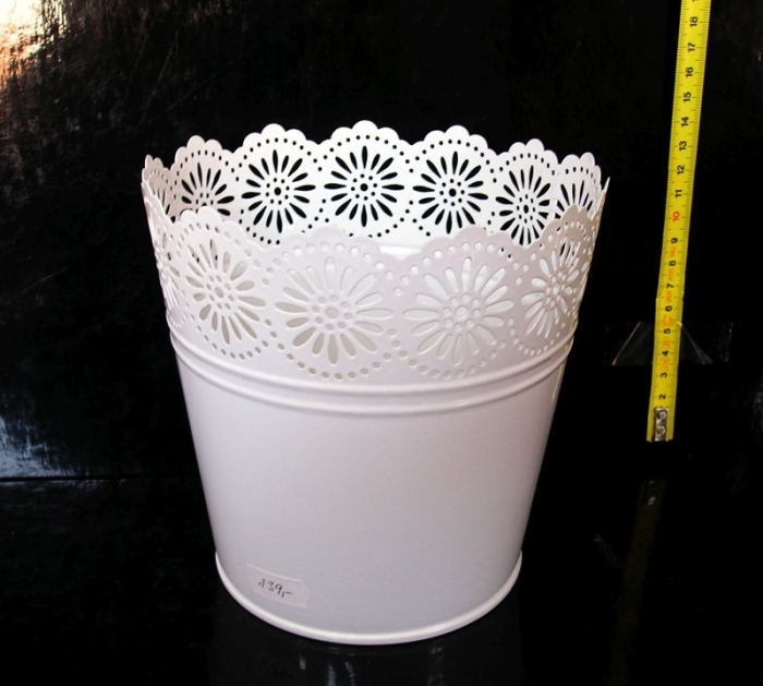 Bílý plechový květináč, dekorace do bytu