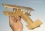Dřevěné letadlo, dárek z lásky