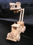 Nákladní autíčko se zvedací plošinou.